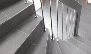 Stufen und Gelaender auf Beton