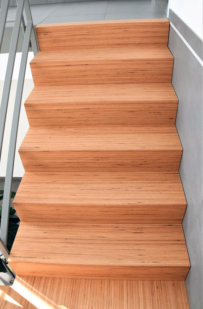 Stufen auf Beton / Buche mit Linienoptik